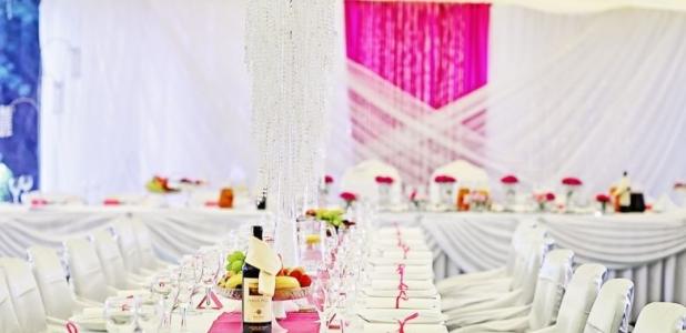 Dekoracja weselna w kolorach bieli i różu.